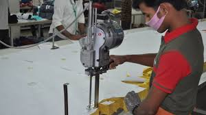 Corte de tecidos nas confecções de roupa